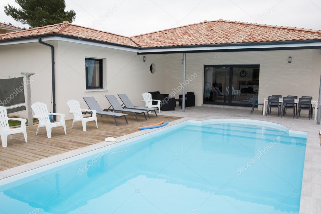 Vista esterna di una casa moderna con piscina foto stock for Casa moderna blanca con piscina