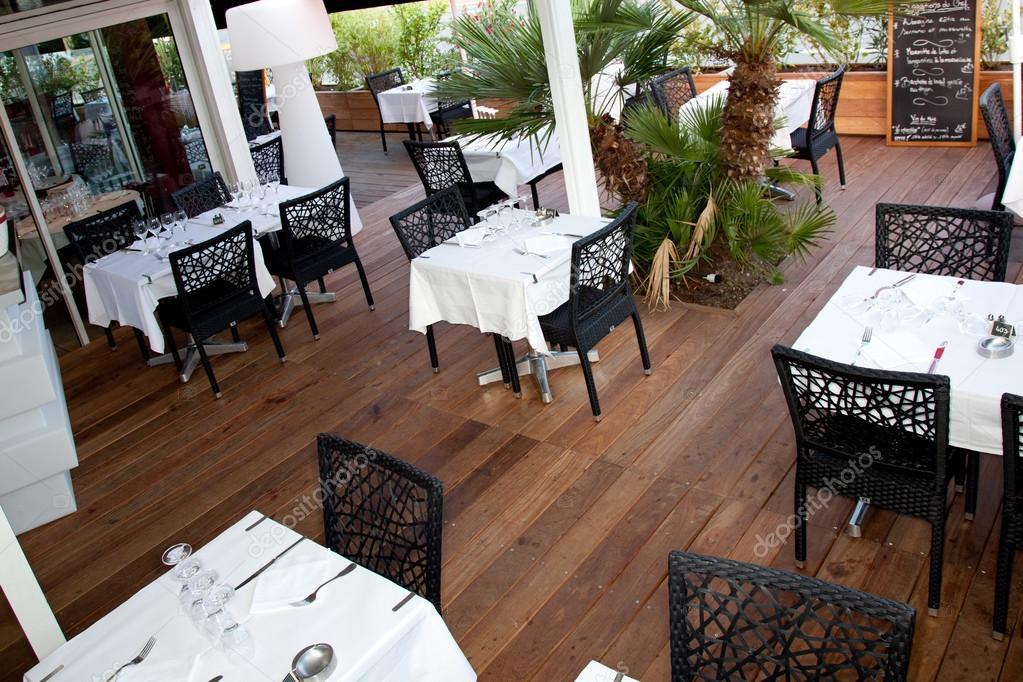 Terrasse Du Restaurant Blanc Et Noir En Bois Photographie