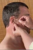Akupunkturista v akci s mužem