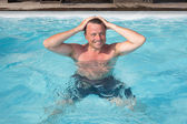 Muž s zábava v bazénu