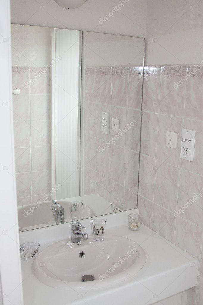 Joliment décorées moderne salle de bain blanc, — Photographie ...