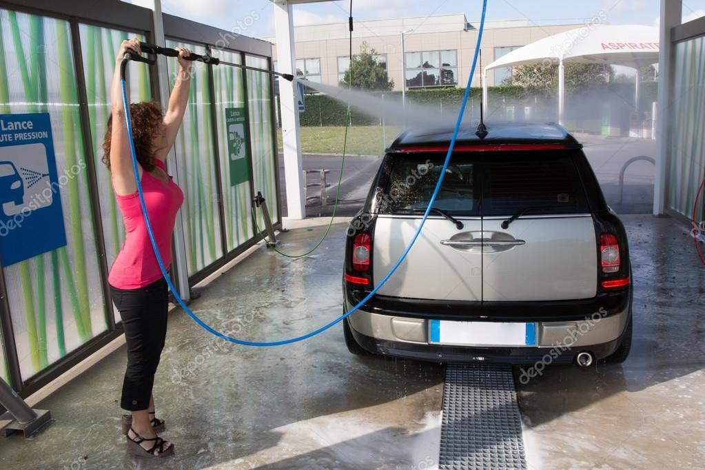 femme de laver sa voiture avec un jet d 39 eau haute pression photo ditoriale sylv1rob1 81648944. Black Bedroom Furniture Sets. Home Design Ideas