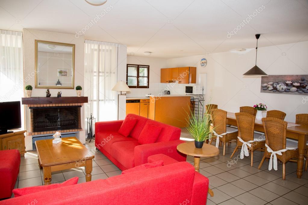 Modern, rood, woonkamer interieur in een luxe huis — Stockfoto ...