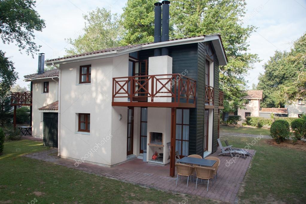 Een Nieuw Huis : Een nieuw huis met een tuin onder de mooie hemel u2014 stockfoto