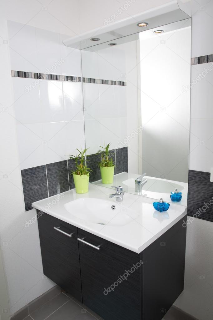Bagni moderni bianchi e grigi affordable bagni moderni for Divani moderni grigi