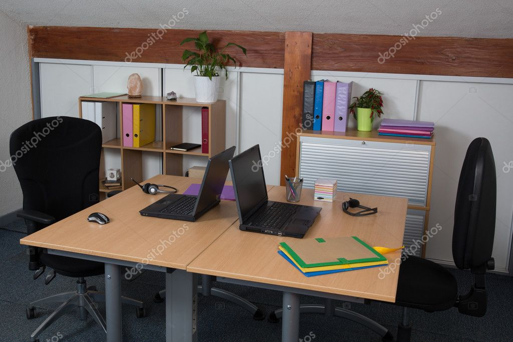 Bureau avec deux ordinateurs portables concept d emploi ou une