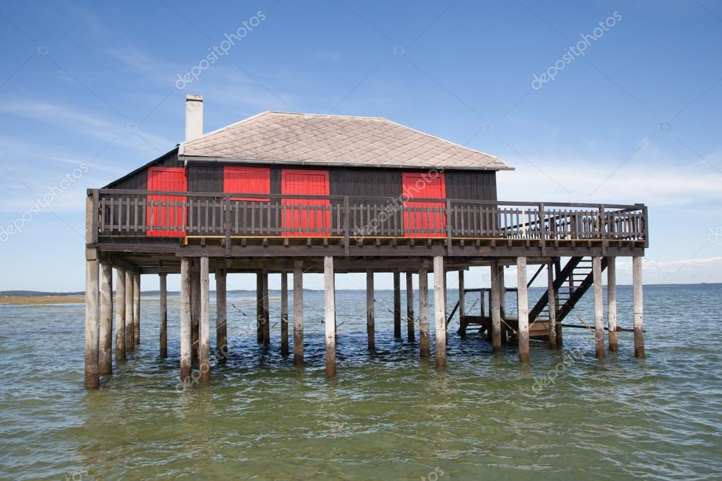 madera tropical casa sobre pilotes sobre el agua del mar u fotos de stock