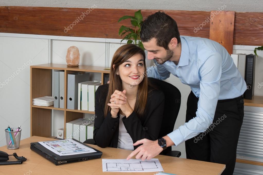 Jóvenes Hombres Y Mujeres Trabajando Juntos En Oficina