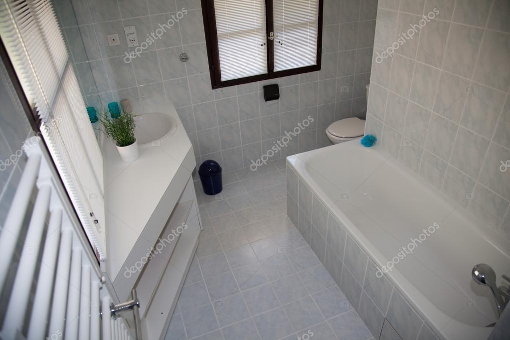 Bianco bagno minimal pulito e moderno in una casa u foto stock