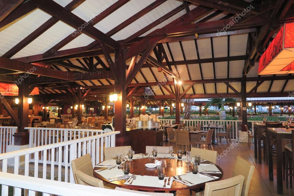 Illuminazione Tavoli Ristorante : Tavoli sedie e apparecchi di illuminazione di un ristorante