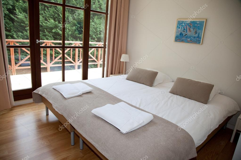 Doppelbett im Schlafzimmer mit Schreibtisch-Lampe in der Nähe ...