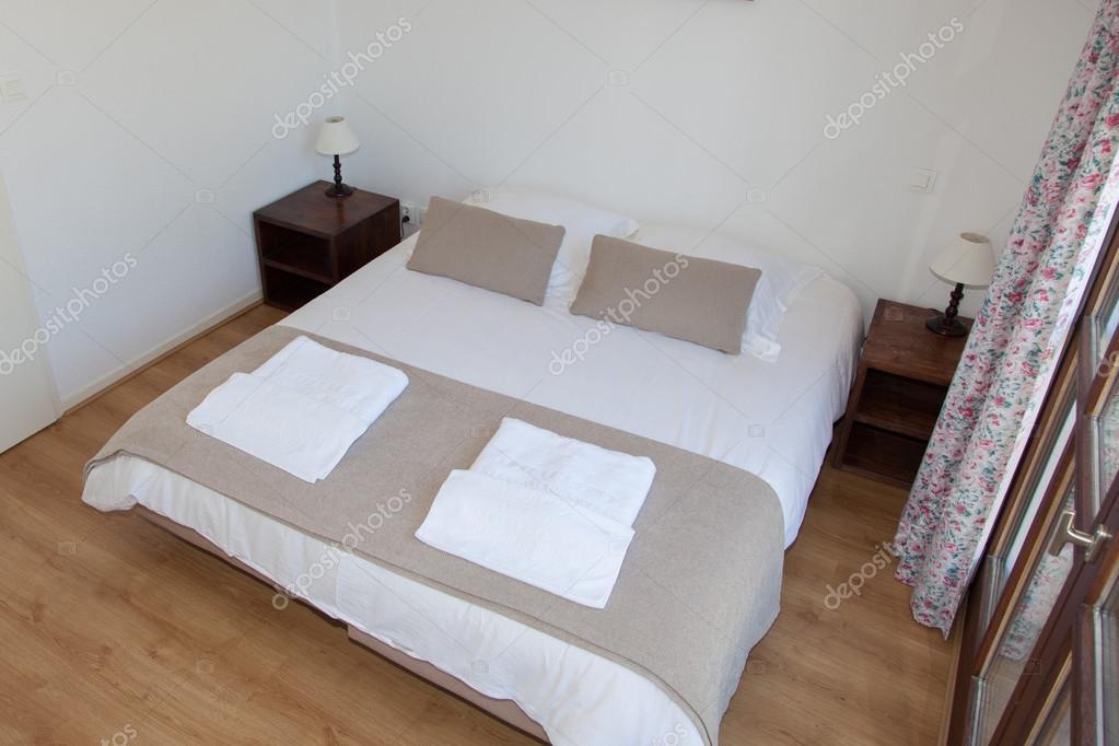 Lampadario Camera Da Letto Matrimoniale : Letto matrimoniale in camera da letto con lampada da tavolo vicino