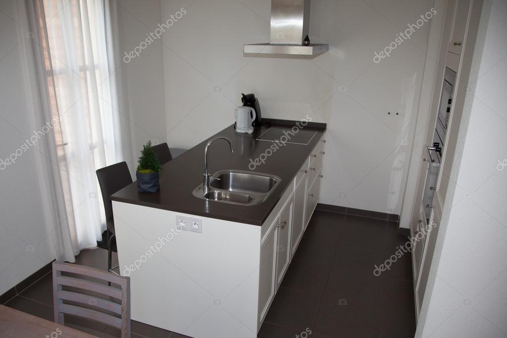 Keuken moderne stijl gecombineerde keuken en eetkamer met zwarte en witte muren zwarte meubels - Keuken eetkamer ...