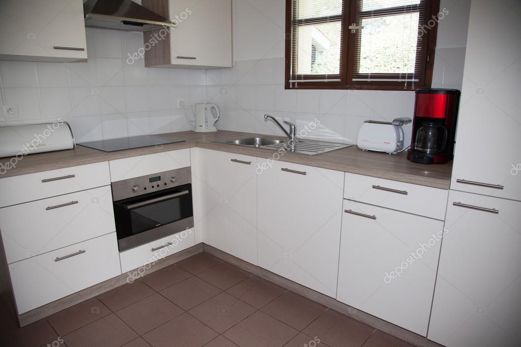 Kleine Witte Keuken : Het interieur van een kleine witte keuken u stockfoto sylv rob