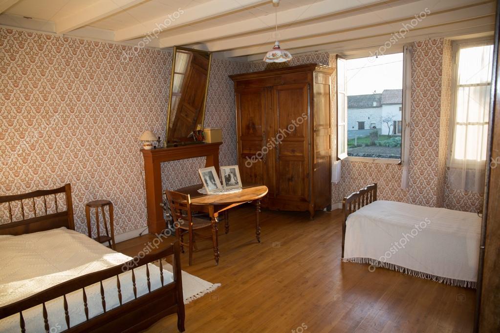 Houten Slaapkamer Meubels : Houten slaapkamer in oude franse huis met oude meubels u stockfoto