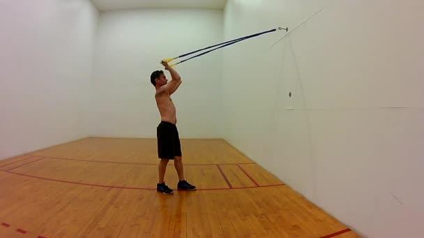 Svalnatý muž posílení biceps pažní svaly