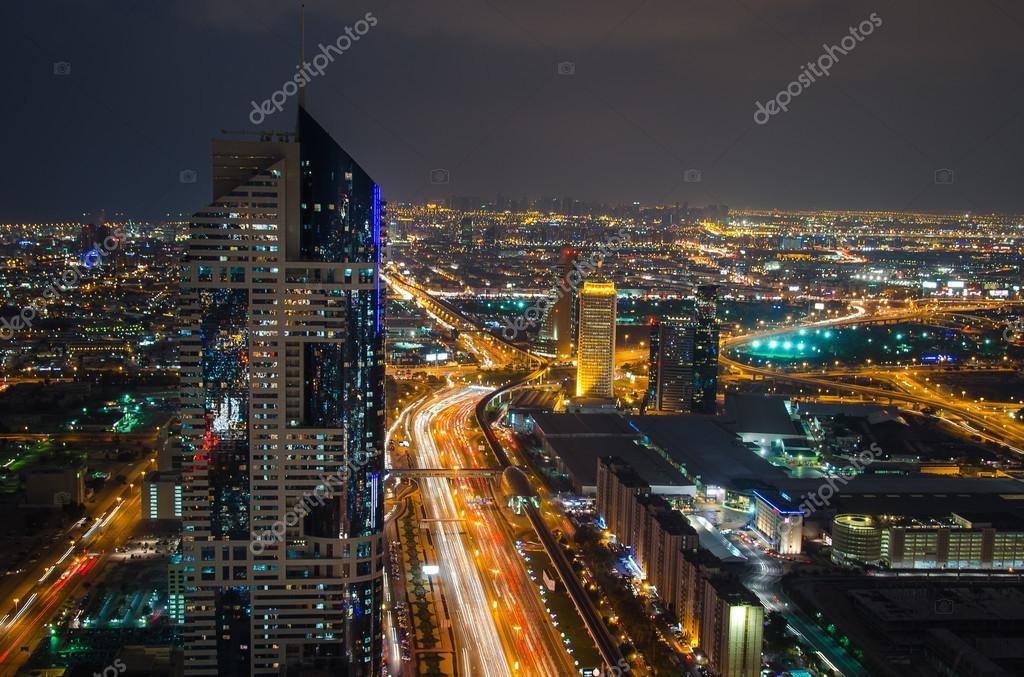 paysage urbain de nuit de dubai mirats arabes unis photo ditoriale mysokol 115367560. Black Bedroom Furniture Sets. Home Design Ideas