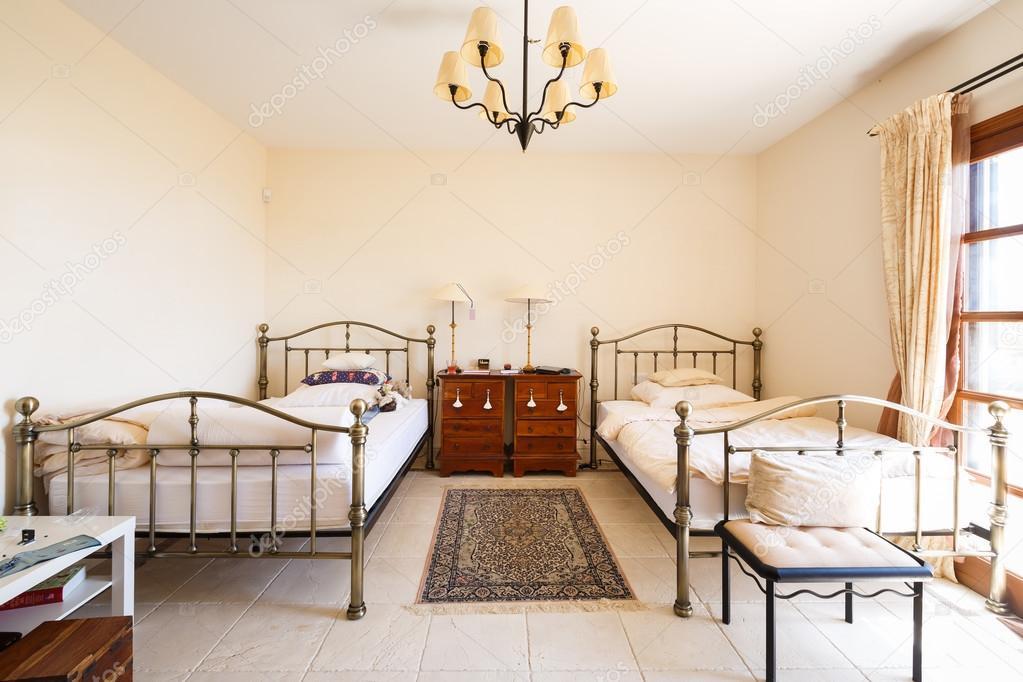 Camere da letto stile spagnolo — Foto Stock © castenoid ...