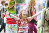 Mladí lidé na festivalu barvy
