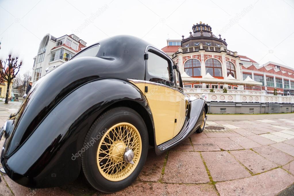 Ausstellung alter Autos — Redaktionelles Stockfoto © castenoid #63342077