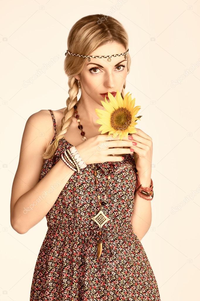 Hippie Boho Frau mit Sonnenblume. Romantischen Stil — Stockfoto ...
