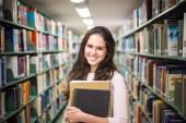 v knihovně - krásná studentka s knihami v h