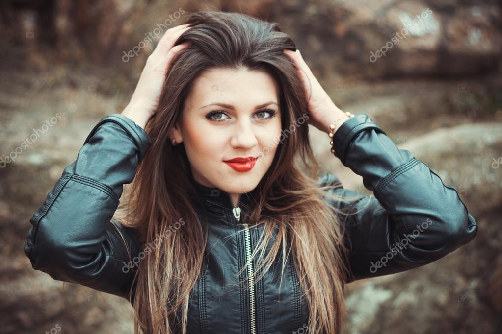 7752c31299 Chaqueta damas moda joven al aire libre retrato lindo mixto divertido calle  belleza tiempo ciudad chica chicas mujer bonita femenina exterior cuero  hermosa ...