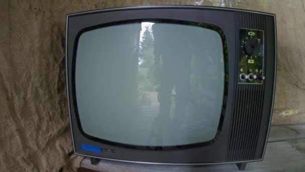 Bekapcsolni egy régi, retro TV-t