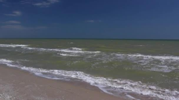 Seascape scénické s vlnami a modrá obloha