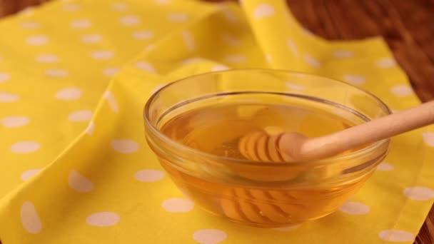 Extrakce medu se lžící, med je zdrojem zdraví,