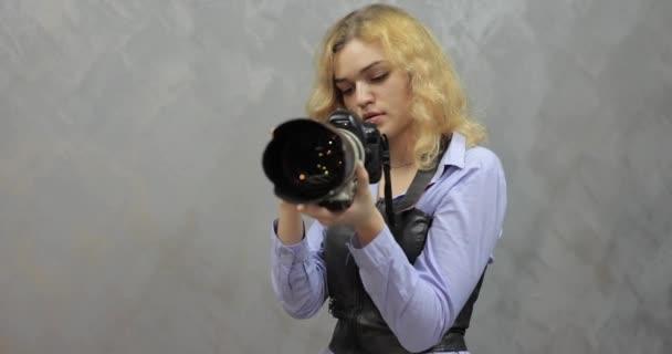 Fotograf macht Shooting im Fotostudio