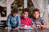 Fekete gyerekek összetört egy torta