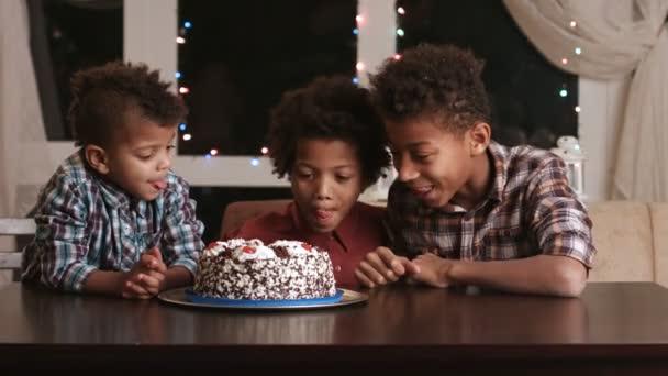 Hladoví chlapce a narozeninový dort