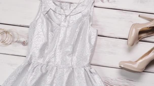 Evening dress with beige footwear.