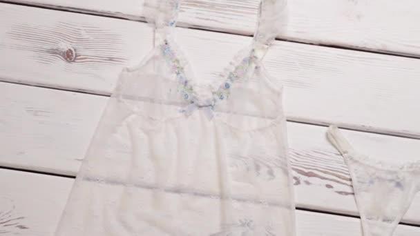 Průhledné košili a bílé kalhotky