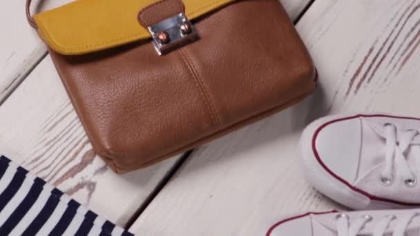 Kožené peněženky a proutěný klobouk