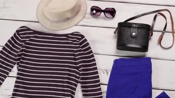 Pruhovaný top a modré kalhoty