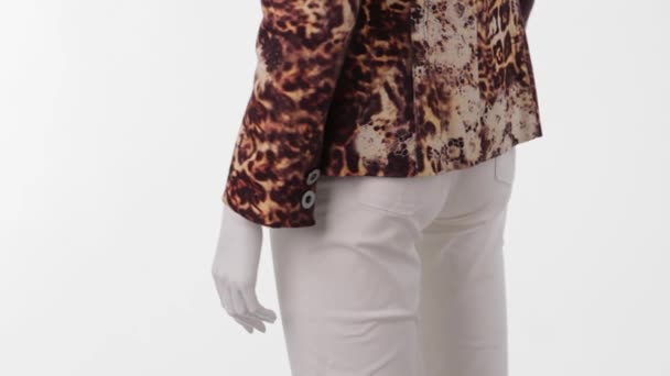 Mannequin in leopard jacket turning.