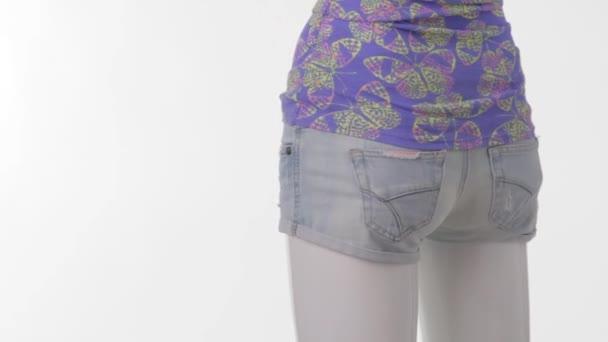 Rotující manekýn v krátké šortky