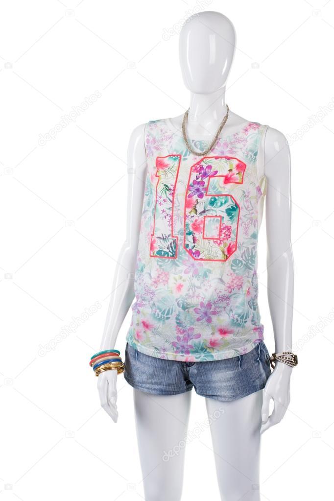 e458afe16a91 Φανελάκι γυναικείο λουλουδάτο μοτίβο. Μανεκέν στο φωτεινό φανελάκι.  Μοντέρνο τοπ με αριθμό εκτύπωσης. Νεαρά κορίτσια ανέμελη καλοκαιρινή στολή  — Εικόνα από ...