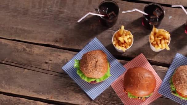 Hamburgery s hranolky a cola