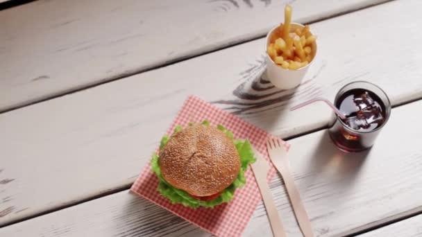 Hamburger s příbory a pití