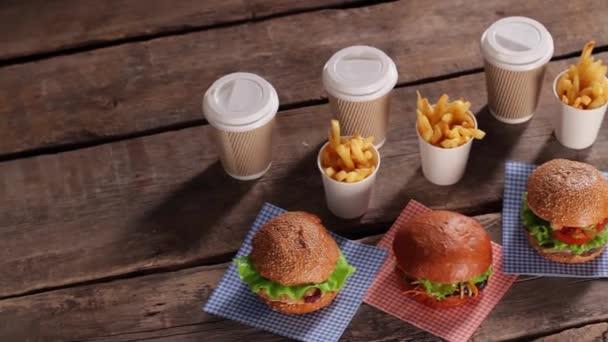 Hamburgery s hranolky a nápoje.
