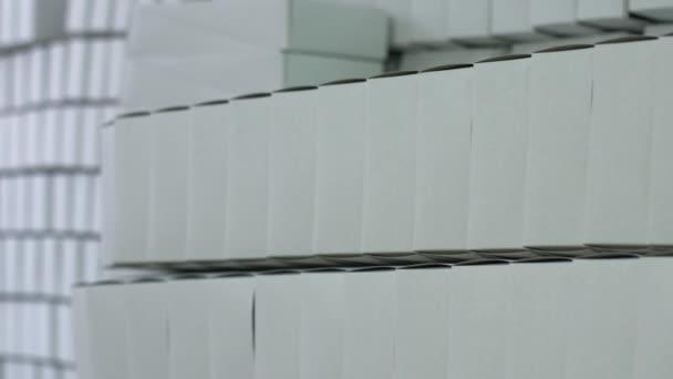 Řadu bílé prázdné krabice