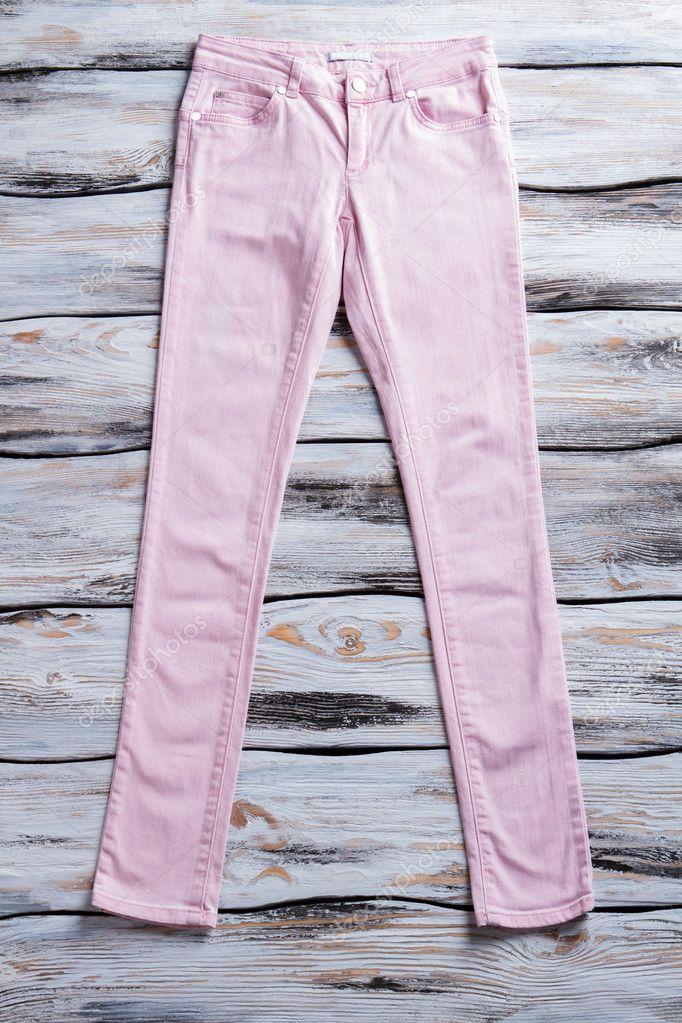 927bb04b837e Ελαφρύ ροζ παντελόνι γυναικείο. Casual ανοιχτόχρωμο παντελόνι. Παντελόνι  τοποθέτηση λευκό πίνακα. Ποιοτικό κομμάτι του ιματισμού — Εικόνα από ...