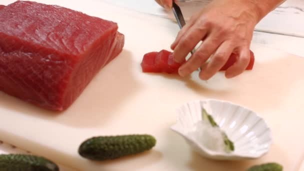 Zářezy nožem syrové maso