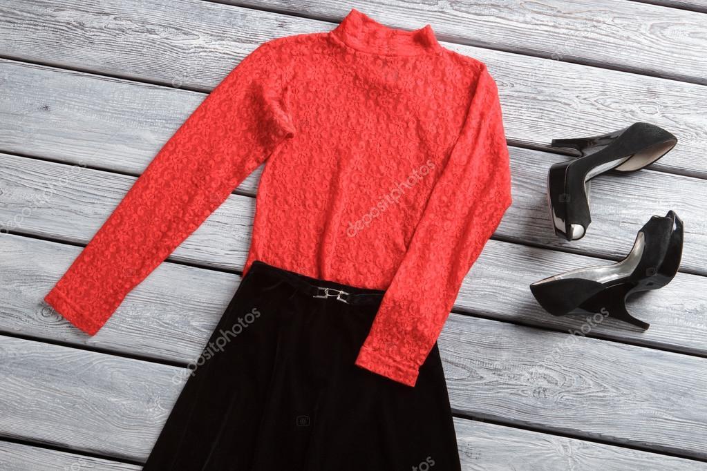 8aa555fce1 Falda negra y top rojo. Calzados mujer oscura. Diseñador calzado a la  venta. Traje de noche casual para la primavera — Foto de Denisfilm