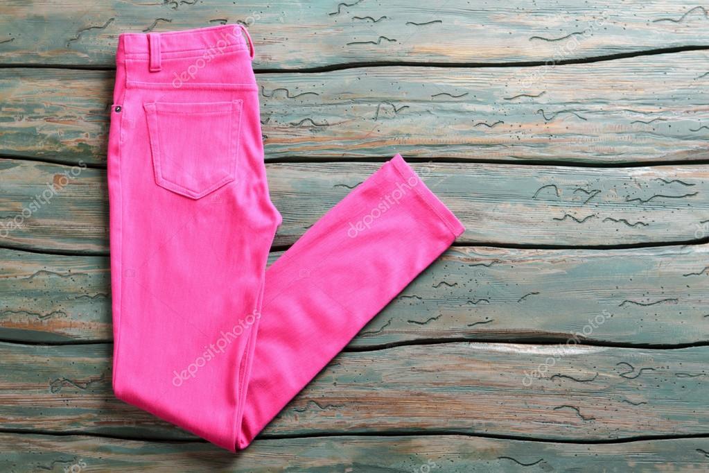266cc35a6cfa Ροζ casual παντελόνι. Διπλωμένη παντελόνια σε ξύλινο υπόβαθρο. Γυναικείο  παντελόνι σε πράσινο ράφι. Ένδυμα που αγοράζεται σε πλειστηριασμό — Εικόνα  από ...