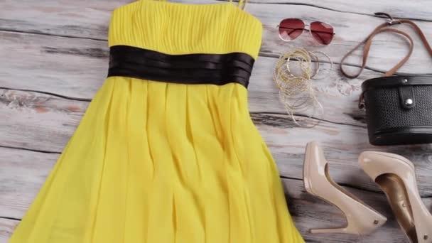 Žluté šaty, kabelka a boty