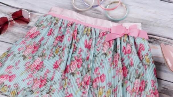 Modrá sukně s květinovým potiskem